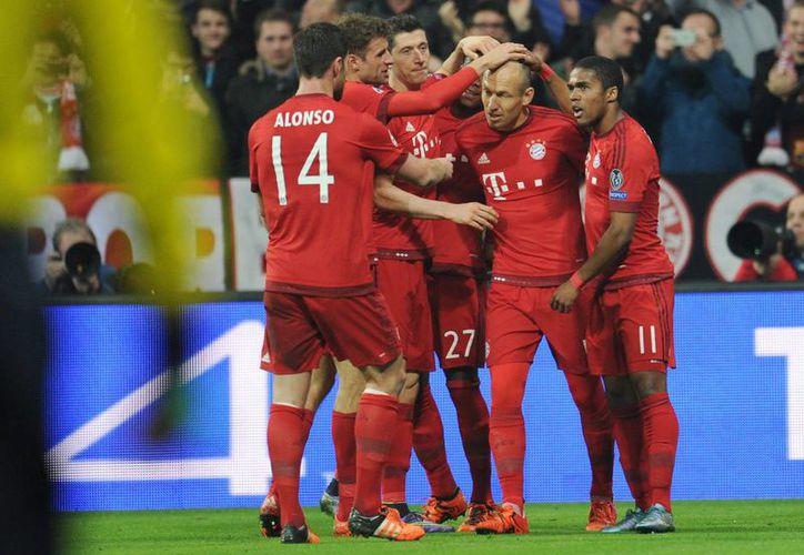 Arjen Robben (2d) del Múnich celebra con sus compañeros tras anotar el 4-0 ante el Arsenal durante un partido del grupo F de la Liga de Campeones entre el Bayern Múnich y el FC Arsenal en Allianz Arena en Múnich (Alemania). (EFE)