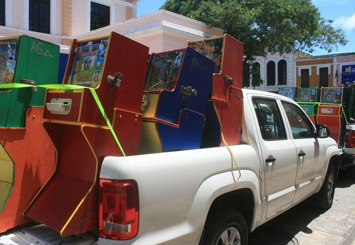 Camionetas de la PGR trasladaron los minicasinos decomisados en el mercado Lucas de Gálvez a sus bodegas federales. (Milenio Novedades)