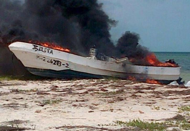 Los pescadores de San Felipe quemaron la lancha de los buzos progreseños que supuestamente capturaban pepino de mar. (SIPSE)