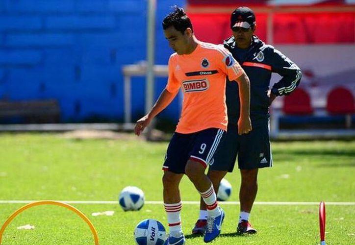 Si Omar Bravo pasa los exámenes médicos podrá reportarse al partido que Chivas jugará contra su exequipo, el Atlas. (@x100preomybravo)
