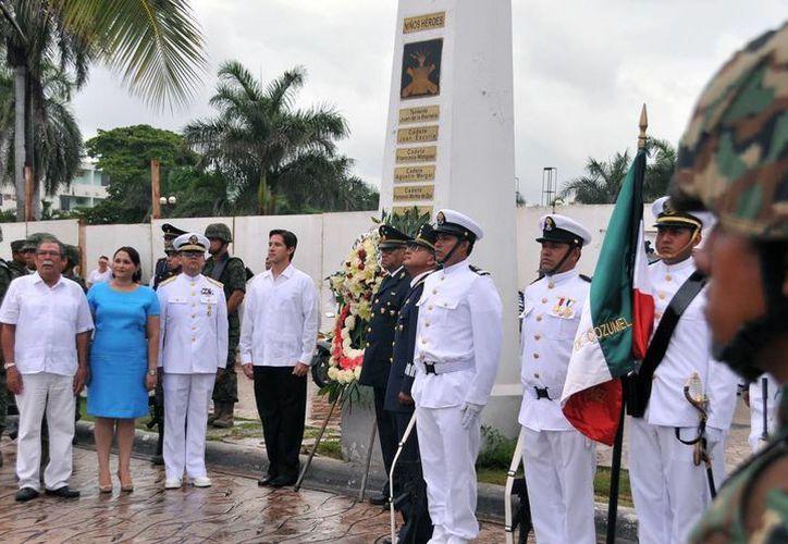 Rinden tributo a los Niños Héroes en el monumento dedicado en su honor desde 1947. (Cortesía/SIPSE)