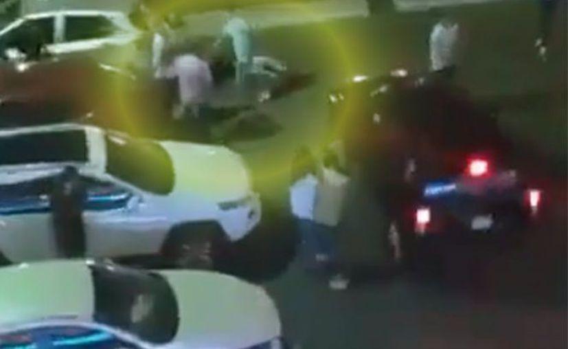 Aunque se puede ver que al final de la trifulca un hombre está inconsciente, las autoridades señalaron que no recibieron ningún reporte. (Excélsior)