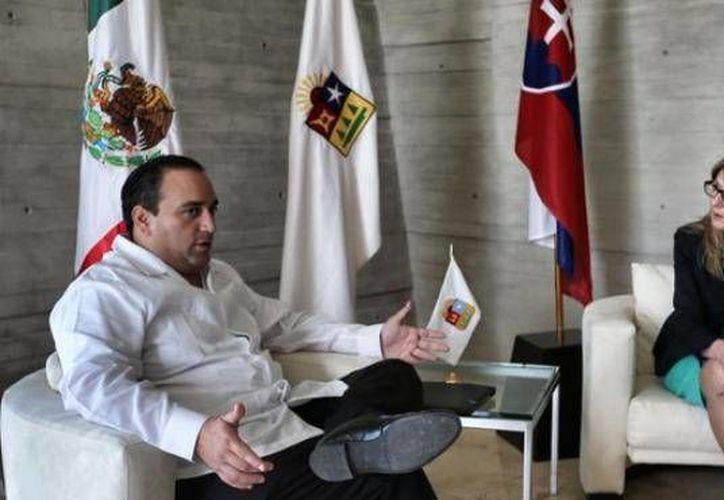 El edil de Quintana Roo se reunión con la embajadora de esa nación europea en México, Alena Gazurova, en Cancún. (Redacción/SIPSE)