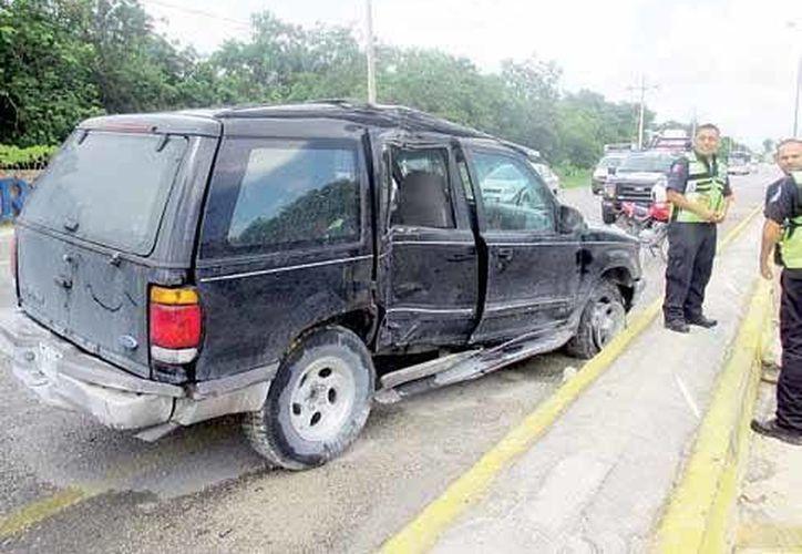 la camioneta fue considerada por los agentes de Tránsito como pérdida total, ya que sufrió severos daños en varias partes. (Redacción/SIPSE)