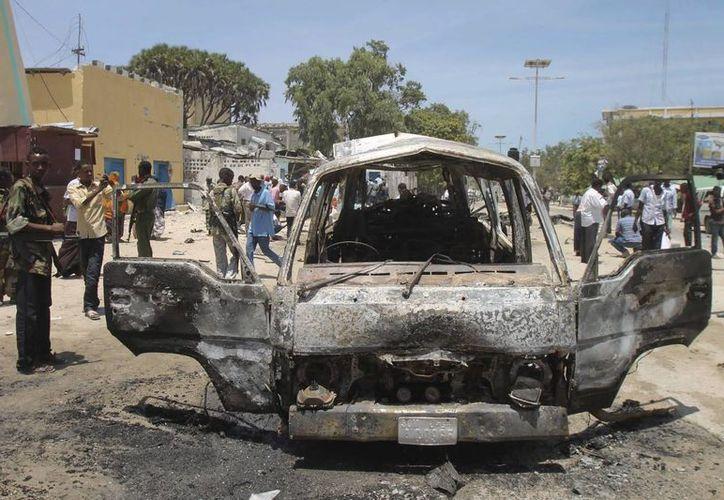 Miembros de las fuerzas de seguridad somalíes hacen guardia en el lugar donde en marzo de 2013 se registró un atentado con coche bomba cerca del palacio presidencial en Mogadiscio, Somalia. (Archivo/EFE)