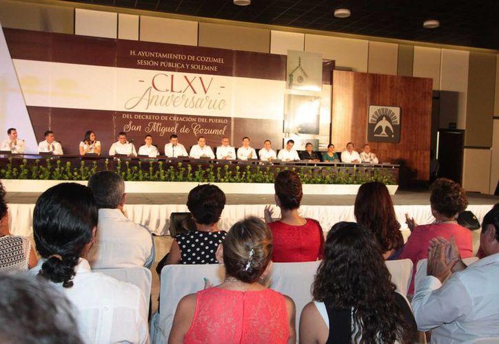 En la ceremonia de aniversario de la creación del pueblo de Cozumel estuvieron presentes autoridades estatales, municipales y militares. (Gustavo Villegas/SIPSE)