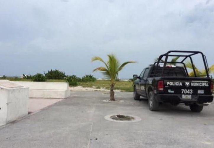 """Policías municipales se presentaron al playón poniente, donde se ubica el """"Malecón internacional"""" para tomar datos del robo. (Oscar Pérez/SIPSE)"""