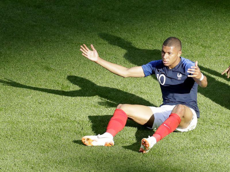 Unos tuits racistas contra el delantero francés Kylian Mbappé le costaron la chamba a un youtuber brasileño (Foto archivo AP)
