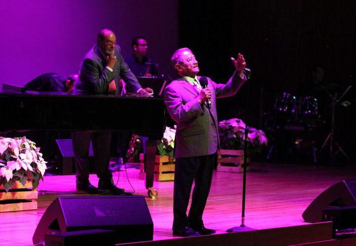 Armando Manzanero ofreció un recital a beneficio de la Fundación de Cáncer de Mama, A.C. (FUCAM), en el Centro Cultural Roberto Cantoral, ante más de dos mil espectadores. (Notimex)