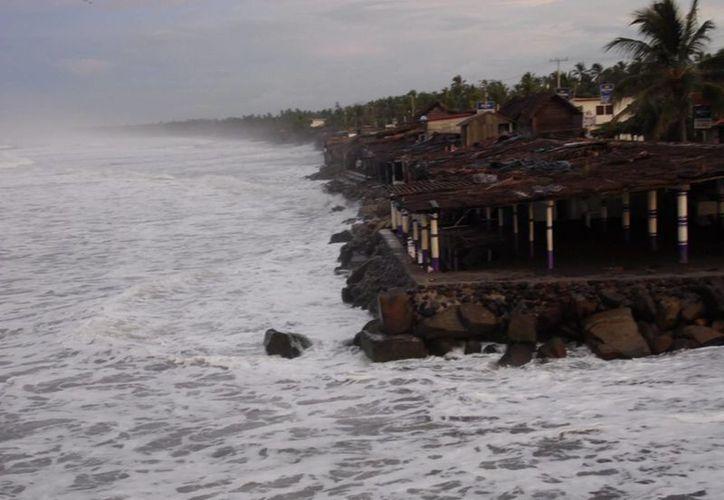El paso del huracán Marie frente a costas colimenses dejó daños severos en balnearios de este municipio y de Tecomán. (Notimex)