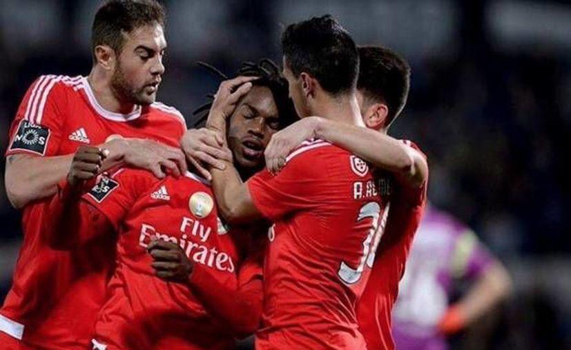 El portugués Renato Sanches (centro) marcó al minuto 74 el gol que les dio la victoria al Benfica para afianzarse en el tercer puesto de la Liga de Portuguesa. (Twitter: @SL_Benfica)