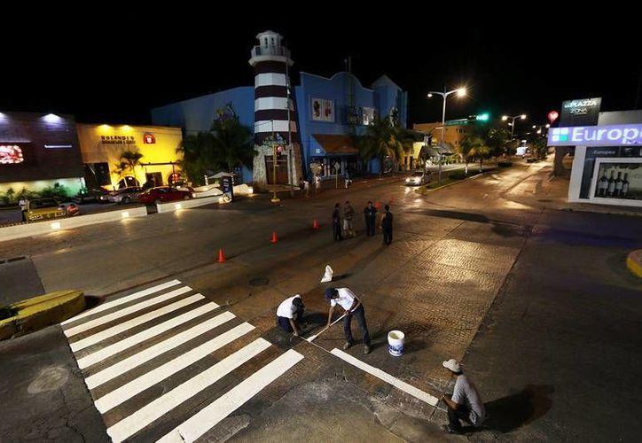 El Ayuntamiento de Cozumel realiza el mantenimiento de calles para delimitar pasos peatonales. (Cortesía)