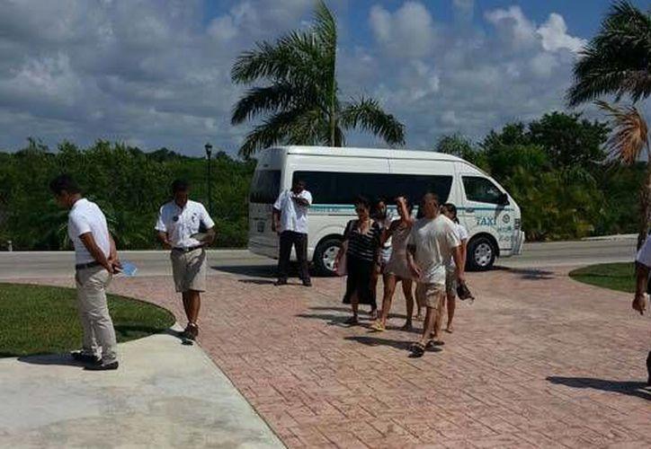 Las unidades de transporte turístico privadas, suelen ejercer el pirataje en temporada baja debido a que recogen pasaje que no les corresponde. (Redacción/SIPSE)