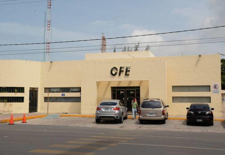 El superintendente de la Zona Norte de la CFE señala que los usuarios pueden cancelar la modalidad de pago en las oficinas de la empresa. (Victoria González/SIPSE)