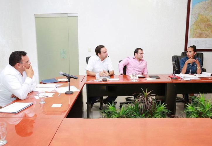 El gobernador Rolando Zapata estuvo aye en sesión de evaluación con los integrantes del Gabinete del Sector Social correspondiente al eje Yucatán. (Cortesía)