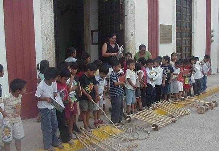 Los ancianos del poblado participan en ocasiones dando una breve explicación sobre la dinámica del juego. (Manuel Salazar/SIPSE)