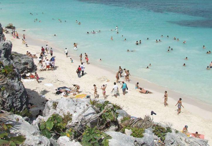 Cientos de bañistas acudieron a las playas de Tulum. (Rossy López/SIPSE)