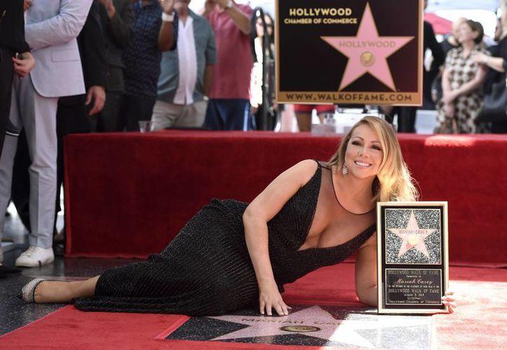 Mariah Carey develó la estrella número 2 mil 556 en el Paseo de la Fama, en Hollywood. (AP)