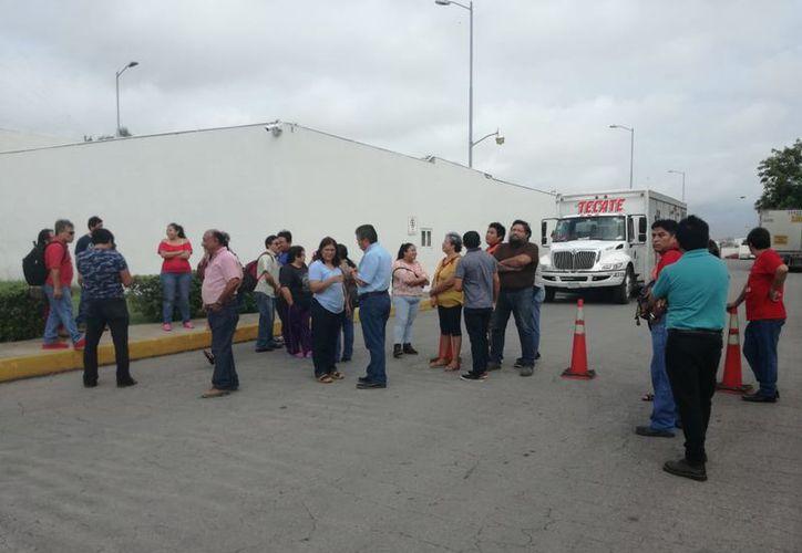 Los inconformes bloquearon la entrada y salida de camiones repartidores. (Patricia Itzá/SIPSE)