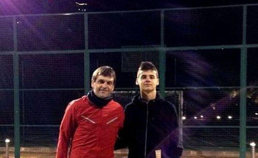 Tito Vilanova con su hijo Adrià en foto que fue subida al Twitter por el hijo del entrenador del Barza. (EFE)