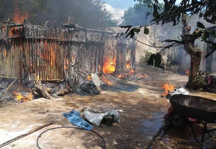 Los primeros en llegar al lugar fueron los elementos de la Policía Municipal, quienes junto con los vecinos intentaron apagar el fuego, sin conseguirlo. (SIPSE)