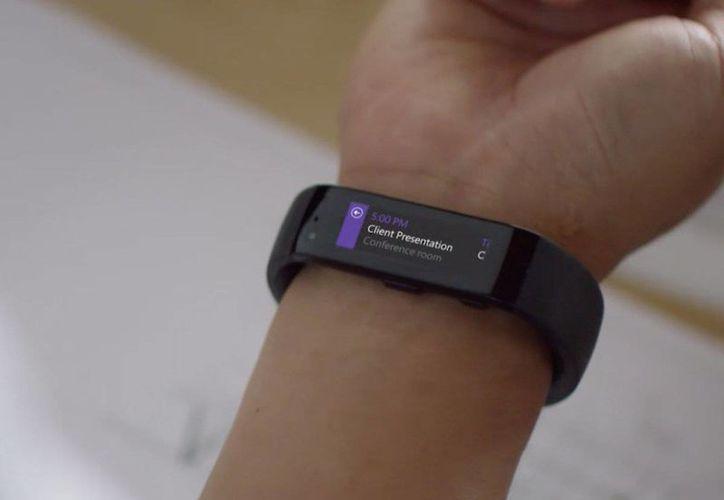 La Microsoft Band, que vigila el estado físico y régimen de ejercicios de los usuarios, estará disponible en una cantidad limitada por 199 dólares. (businessinsider.com)