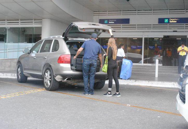 Cobran 120 pesos la cuota de estacionamiento en la terminal aérea. (Israel Leal/SIPSE)