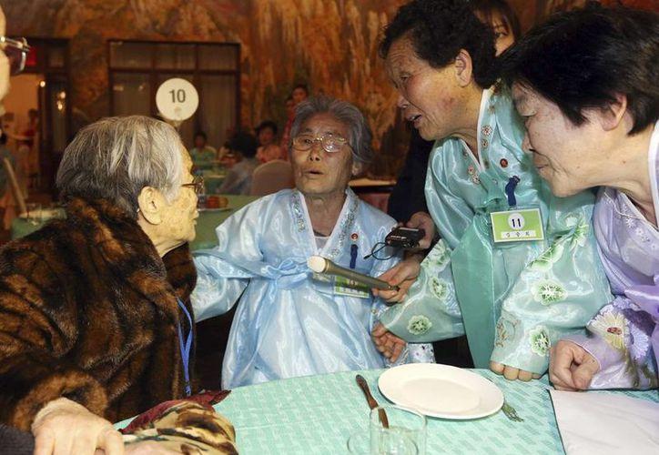 Kim Seong-yun (i), una mujer surcoreana de 96 años, se reencuentra este jueves con su hermana norcoreana Kim Seok-rye (2-i), en el monte norcoreano Kumgang. (EFE)