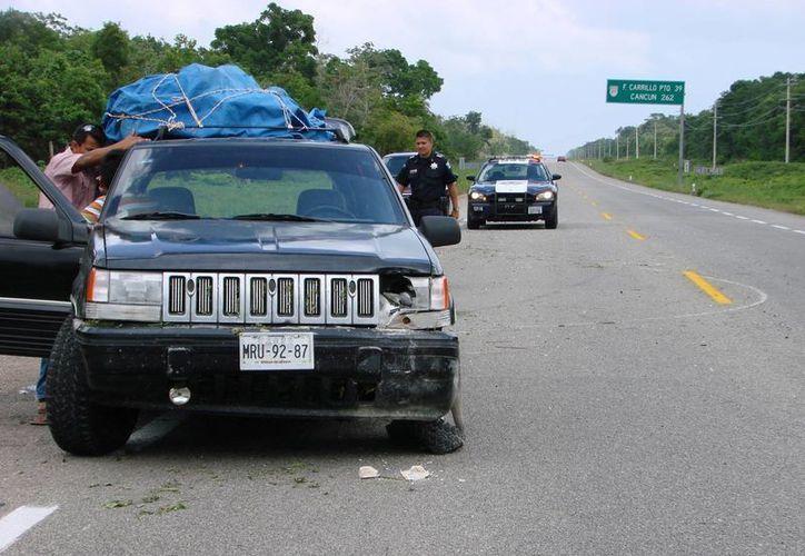 Tres de los cuatro neumáticos del vehículo estallaron por la fuerza del impacto y la velocidad que llevaba la unidad. (Manuel Salazar/SIPSE)