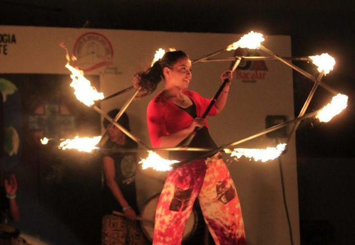 El hula hooping con llamas es conocido como un arte callejero. (Harold Alcocer/SIPSE)