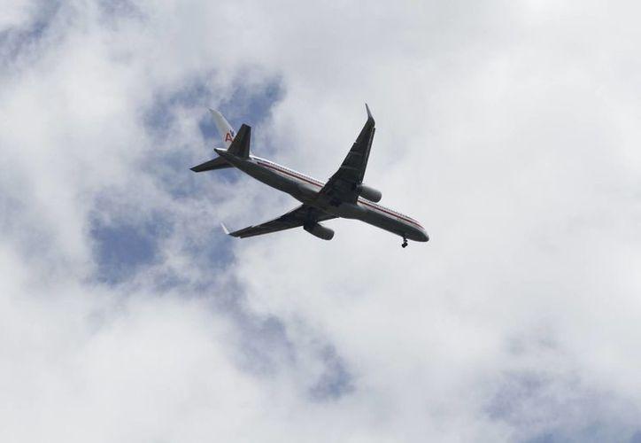 Durante el vuelo los pasajeros pueden hacer uso de sus dispositivos móviles, siempre y cuando no esté activada la función de transmisión de datos. (Sergio Orozco/SIPSE)