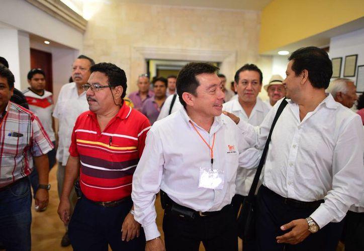 En la foto Crescencio Gutiérrez González (en medio) al salir del XXXI Congreso Seccional Extraordinario como nuevo dirigente de la Sección 33 de la SNTE. (Luis Pérez/SIPSE)