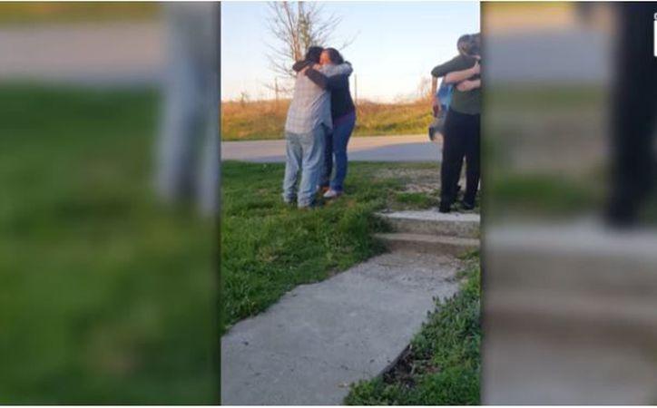 Entre lágrimas, ambos se dieron un fuerte abrazo. (Foto: Redacción)