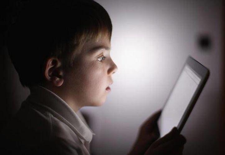 La facilidad de uso hace que las tabletas y los teléfonos inteligentes sean muy populares entre los padres ocupados, que los utilizan para pacificar a sus hijos. (escuelaenlanube.com)
