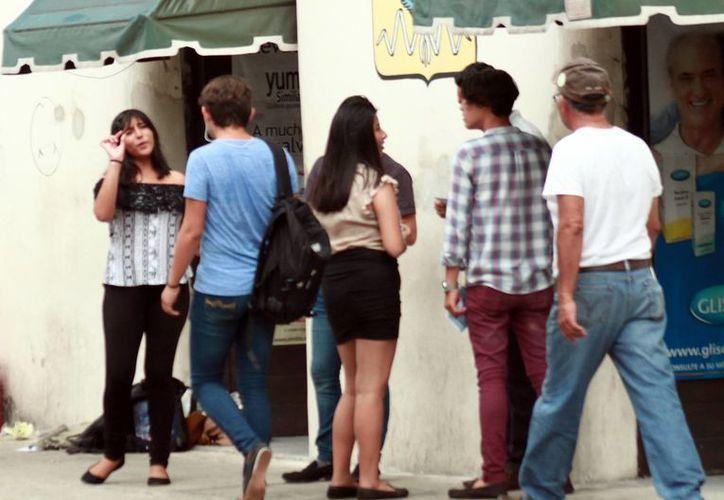 En el cruzamiento de la 62 con 65 del Centro es común observar a un grupo de jóvenes abordando insistentemente a los transeúntes. (Milenio Novedades)