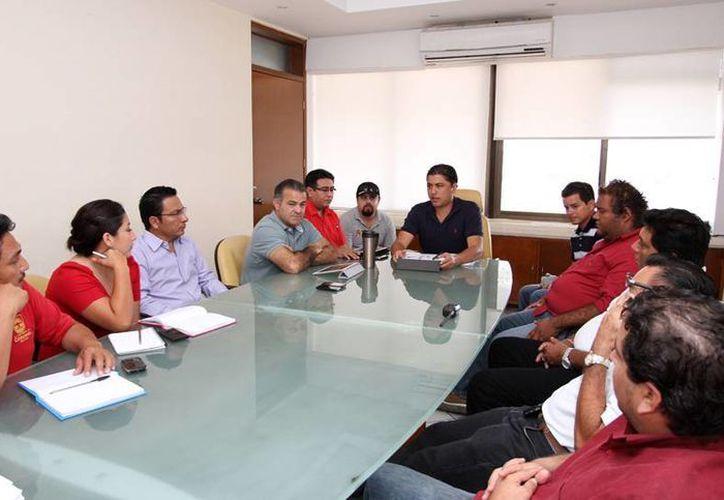 Los trabajadores de gobierno acuerdan implementar el programa contra el dengue. (Cortesía/SIPE)