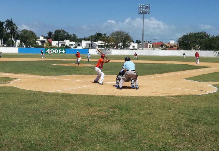 Astros de Chetumal derrotaron a los Sheriffs-Indios de Calderitas con pizarra de 10-5, Carnicería Peralta dio cuenta de los Cañeros de Sergio Butrón Casas 12-11. (Miguel Maldoando/SIPSE)