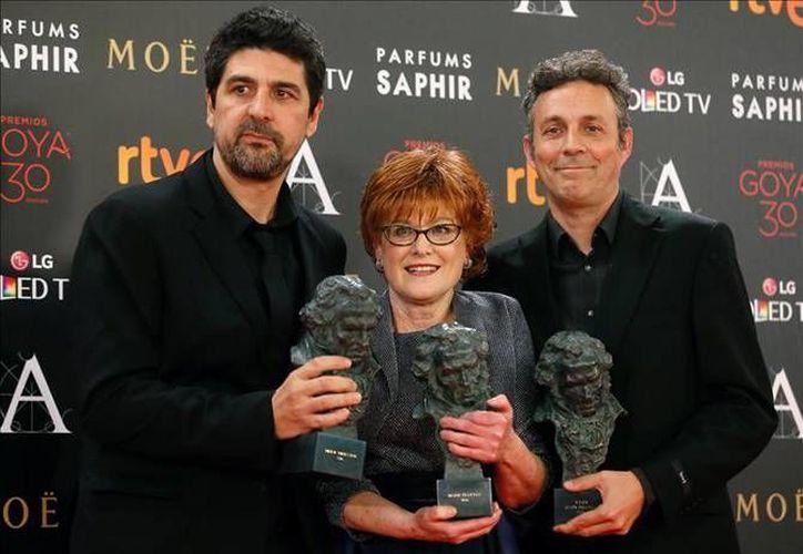 El realizador Cesc Gay, la productora Marta Esteban y el guionista Tomás Aragay, posan con los Goyas obtenidos con 'Truman', durante la ceremonia de la 30 edición de los Premios Goya, que entrega la Academia de Cine de España. (EFE)