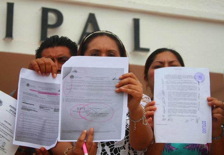 Ocho maestros se manifestaron frente al Palacio Municipal para dar a conocer las irregularidades en su despido. (Daniel Pacheco/SIPSE)