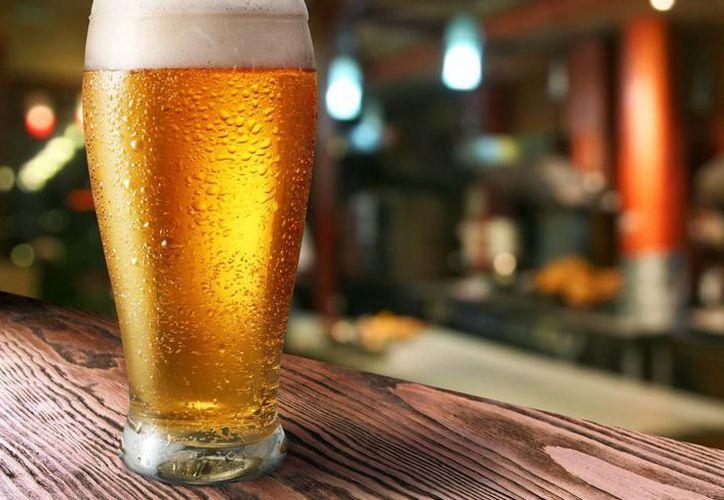 Un vaso de cerveza tiene el equivalente a las calorías que contiene media hamburguesa. (Contexto)