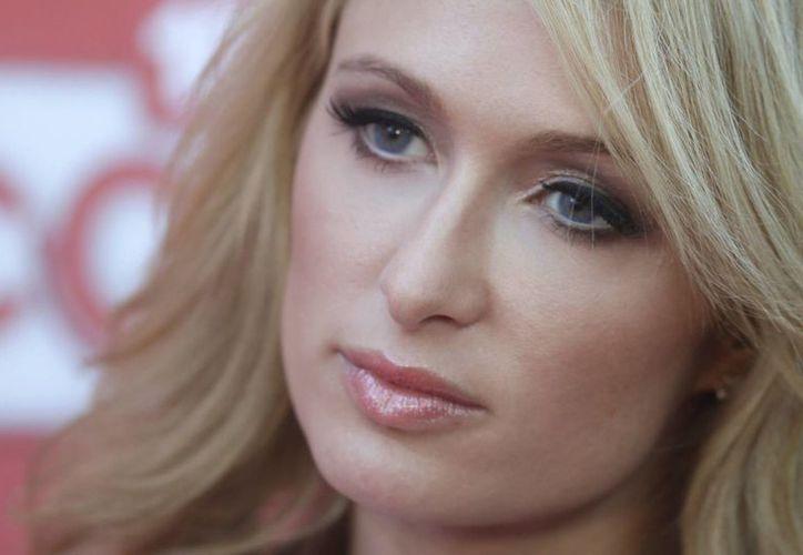 Según la demanda, la empresa se niega a pagarle a Paris Hilton la cantidad pactada en 2009, por lo que la socialité reclama un millón de dólares, es decir, el 8% de las ventas de la línea de zapatos. (EFE/Archivo)