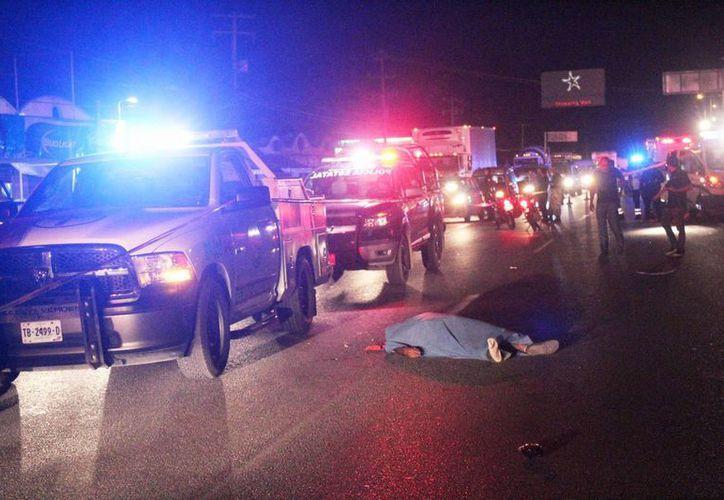 Algunos automovilistas detuvieron su marcha y trataron de auxiliar al atropellado. (Redacción/SIPSE)