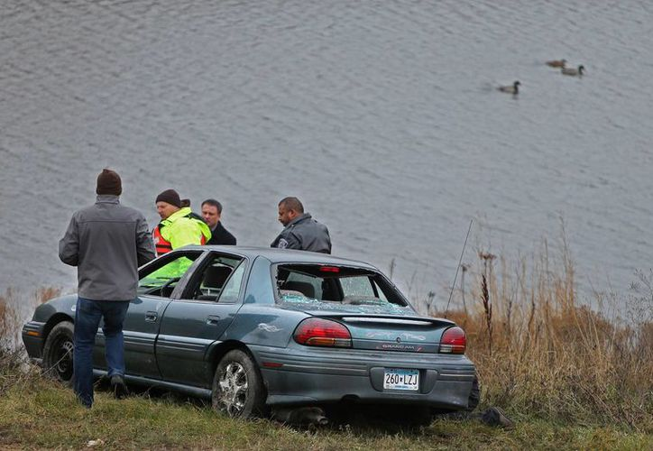 Investigadores de la policía inspeccionan el área del estanque donde fueron rescatados los cinco niños. (Agencias)