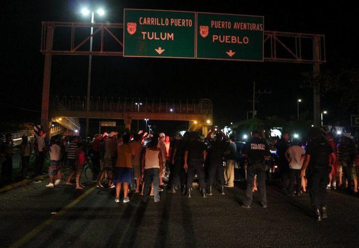Bloquearon por más de tres horas la carretera federal en el tramo Playa del Carmen-Tulum, en ambos sentidos a la altura del supermercado Chedraui. (Adrián Barreto)