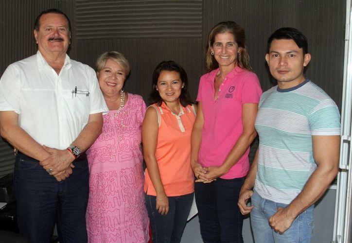 Conductores e invitados al programa Salvemos una vida, que en este caso informó sobre el apoyo de la Asociación Amanc a familiares de niños enfermos de cáncer. (SIPSE)