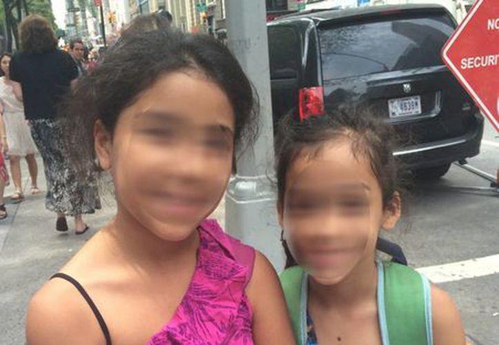 Las niñas María y Jolleth Ruiz posan a la salida de la corte migratoria en Nueva York. (Agencias)