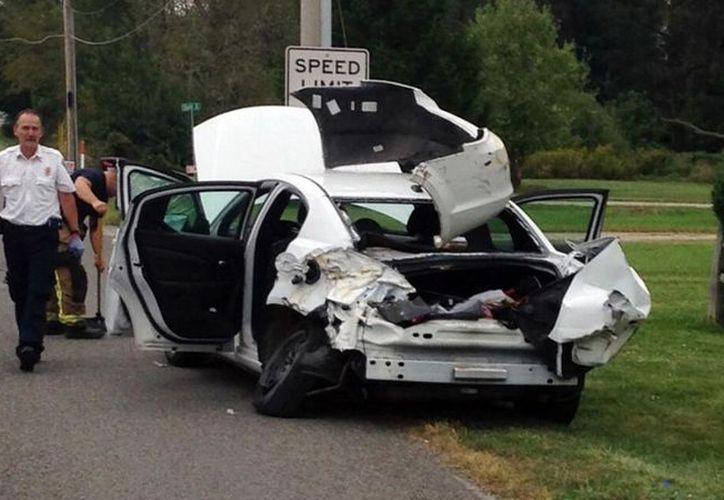Al tratar de calmarla se distrajo y condujo por el lado equivocado de la carretera, lo que causó el accidente. (AP)