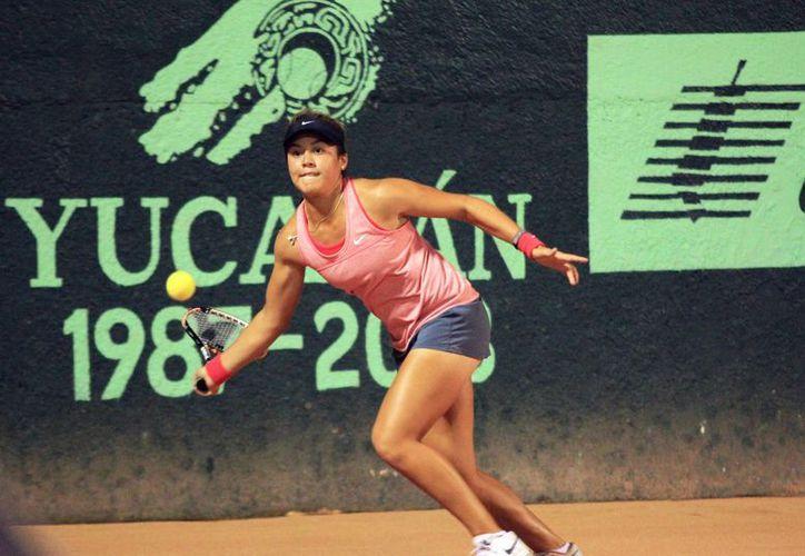La mexicana Alejandra Cisneros, número 2 del ranking, derrotó a la sudafricana Theresa Alison Van Zyl, 6-1 y 6-2, en la Copa Mundial de Tenis Yucatán 2013. (Milenio Novedades)