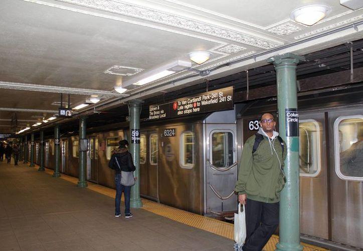 Imagen de archivo de varias personas esperan en una de las estaciones de metro de Nueva York. (Archivo/EFE)