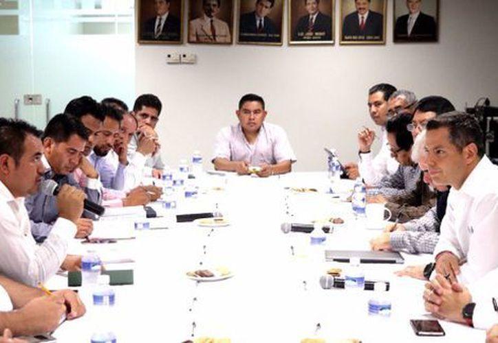 El gobernador de Oaxaca, Alejandro Murat, se reunió con 14 integrantes de la Comisión Política de la Sección 22. (Milenio)
